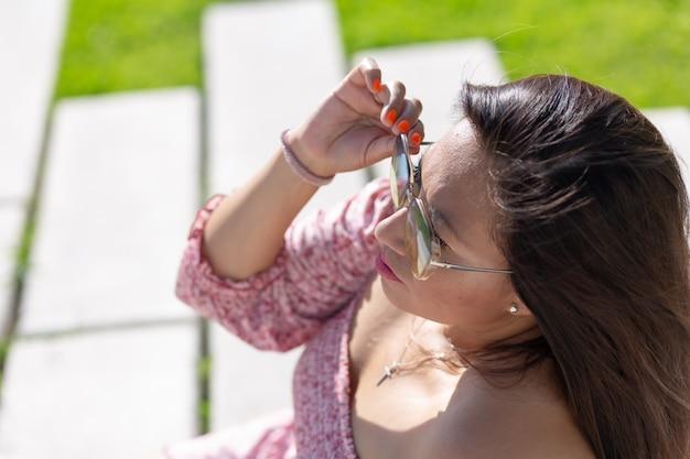 Мексиканская фигуристая женщина в солнцезащитных очках на летних каникулах