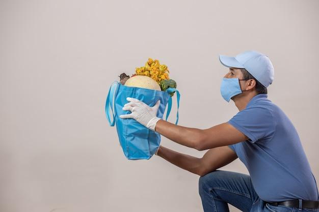 メキシコは果物と野菜を配達し、口カバーと手袋と膝にキャップを付けます