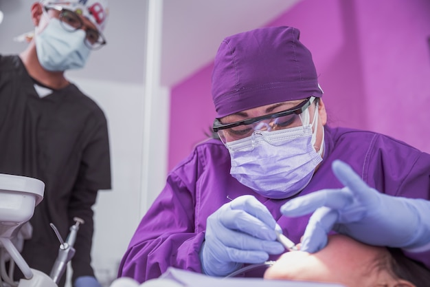 メキシコの歯科医とアシスタントと女性患者