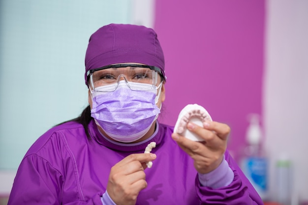 멕시코 치과 의사 표시 모델 및 미소