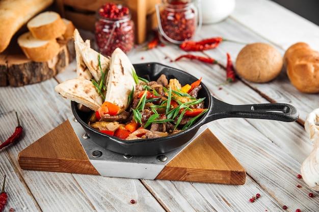Мексиканское блюдо фахитос с говяжьими овощами и лавашом