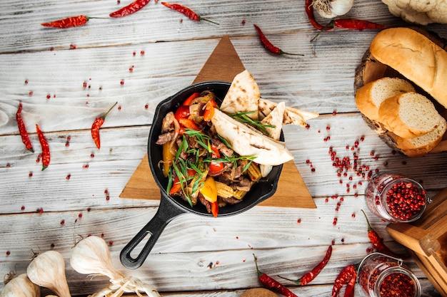 牛肉の野菜とピタのメキシコ料理ファヒータ