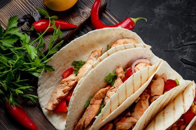 メキシコ料理-チキンとコーンのクローズアップのタコス。