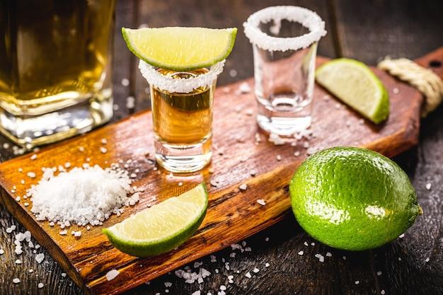 準備中のメキシカンドリンクテキーラ、塩とレモン、蒸留ラテンドリンク