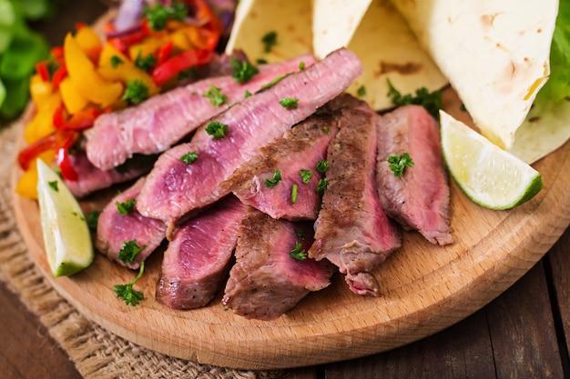 Мексиканские фахитас для говяжьего стейка и овощей на гриле