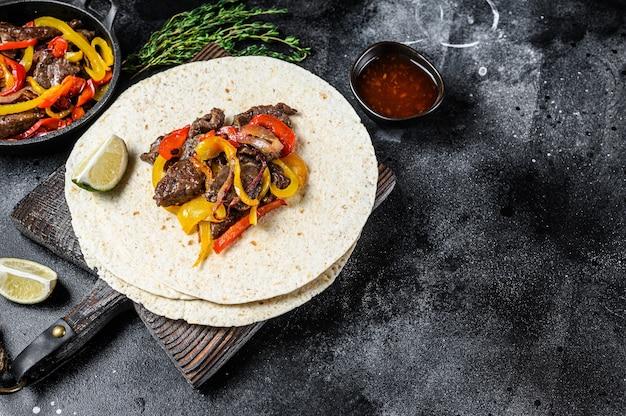 Мексиканские фахитас с цветным перцем и луком, подается с лепешками и сальсой