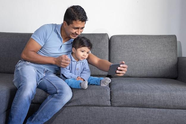 ビデオ電話をしているメキシコの父と息子