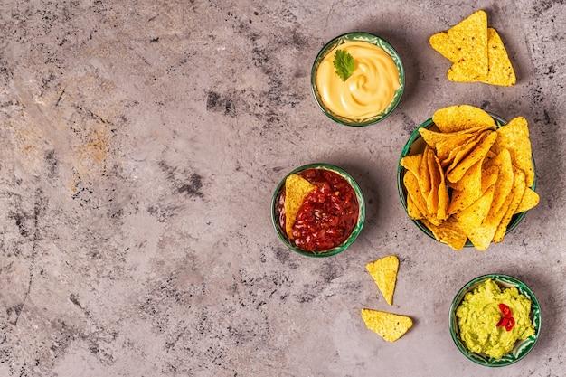 멕시코 음식 배경:과카몰리, 살사, 나초를 곁들인 치즈 소스, 최고 전망.