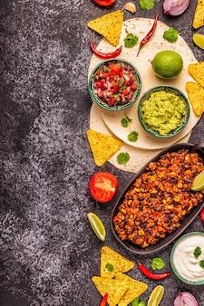 멕시코 음식 개념:또띠야, 과카몰리를 곁들인 나초, 살사, 칠리 콘 카르네, 꼭대기 전망.