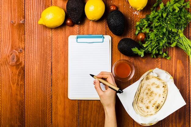 クリップボードとメキシカンの食べ物のコンセプト