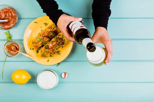 揚げたトウモロコシとメキシコの食べ物のコンセプト