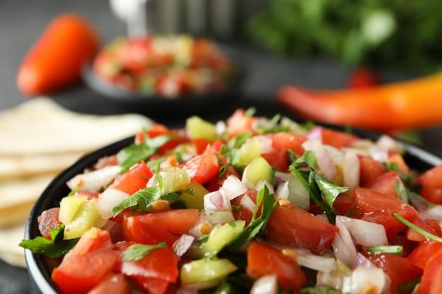 Концепция мексиканской кухни с пико де галло, крупным планом