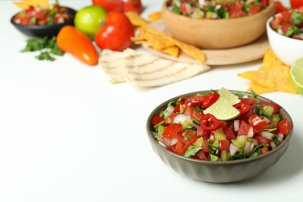 흰색 바탕에 pico de gallo가 있는 멕시코 음식 개념