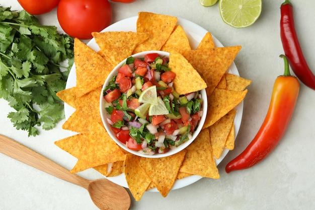 흰색 질감 테이블에 pico de gallo가 있는 멕시코 음식 개념