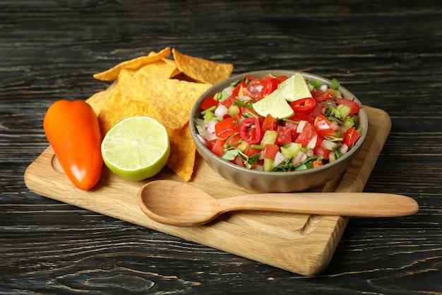 木製のテーブルにピコデガロとメキシコ料理のコンセプト