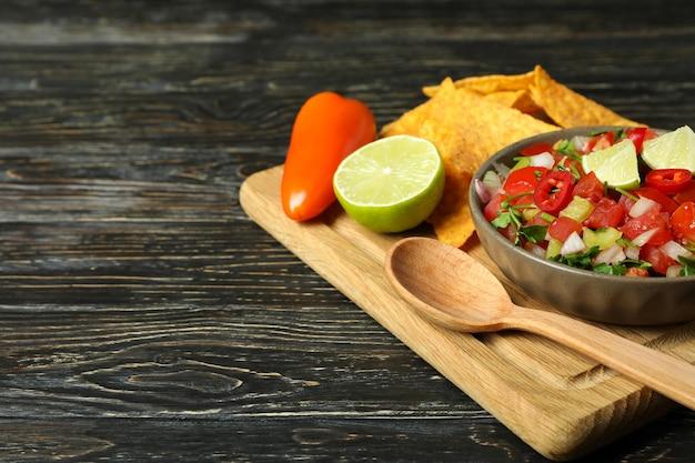 나무 테이블에 pico de gallo와 멕시코 음식 개념