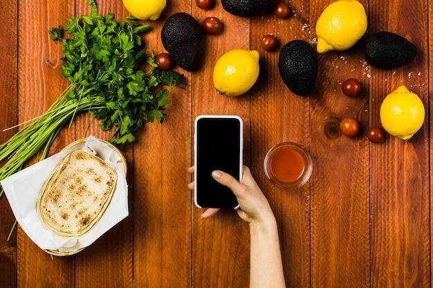 スマートフォンを使ったメキシコ料理のコンセプト