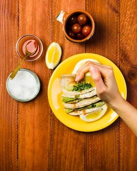 タコスを食べたメキシコ料理のコンセプト