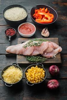 Мексиканская еда. кухня южной америки. традиционные ингредиенты на фоне старого темного деревянного стола