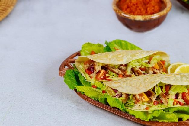 Мексиканская пищевая мука, тортилья, фаршированная листьями салата, мясом и сыром