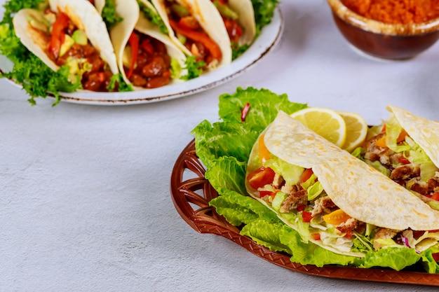 Мексиканская пищевая мука, тортилья, фаршированная листьями салата, мясом и сыром.