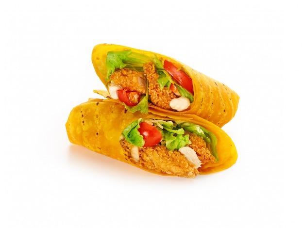 Мексиканская еда. роллы из свежей тортильи фахита с курицей и овощами