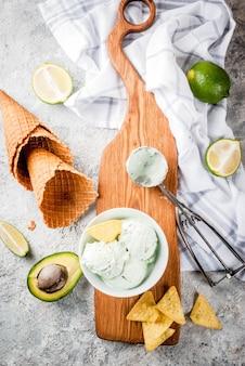メキシコ料理、自家製オーガニックライム、アボカドアイスクリーム、アイスクリームコーン、甘いトルティーヤのスライス。灰色の石のテーブル、copyspace