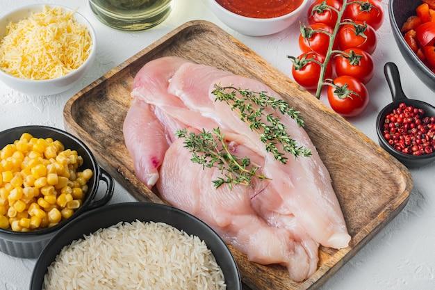 Мексиканские пищевые ингредиенты курица энчилада, рисовая запеканка, на белом фоне