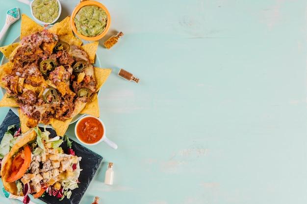 Мексиканская еда на левой стороне фона