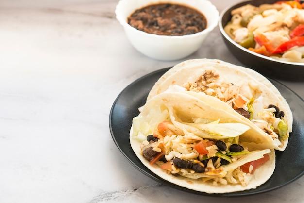 Мексиканская еда на тарелке