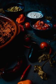 Мексиканские блюда из свинины, сметаны пико де галло и гуакамоле