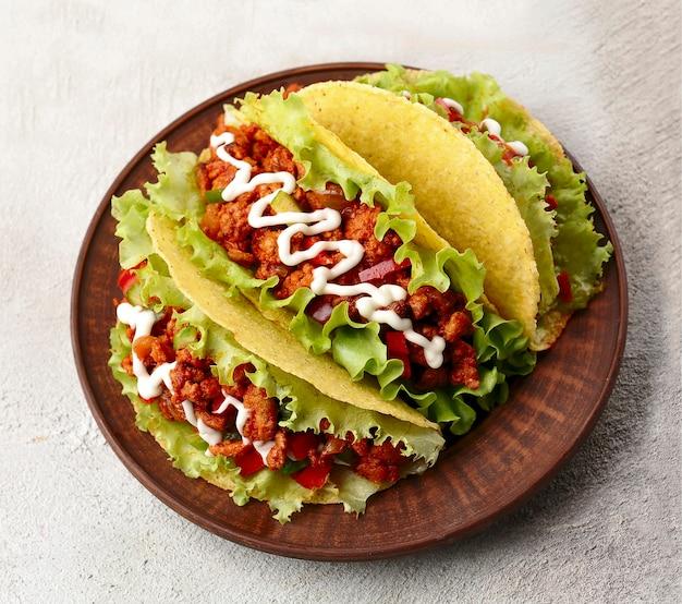 メキシコ料理。プレートに牛肉のタコス。国民の料理