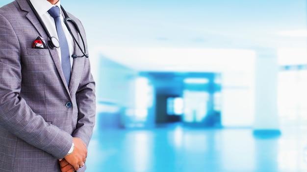メキシコの一般開業医。医学、人々、ヘルスケアの概念-青い背景の上に聴診器を持つメキシコの男性医師のクローズアップ。