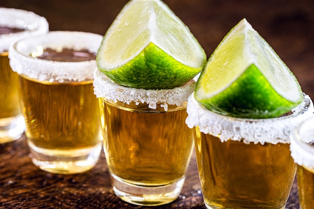레몬과 소금을 곁들인 멕시코 골드 데킬라