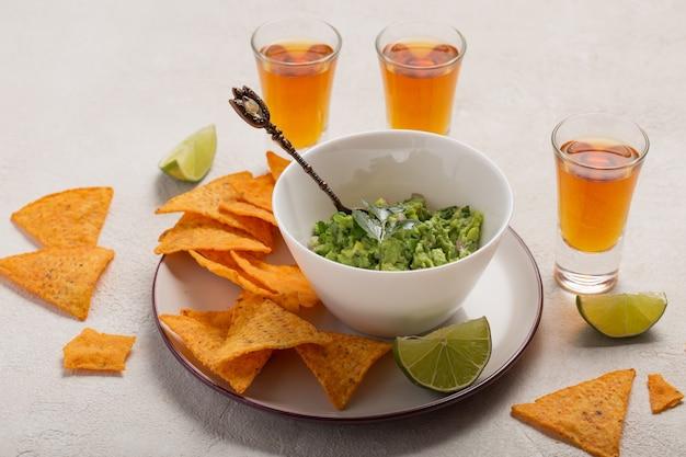 Мексиканские рисовые чипсы гуакасоле и текила