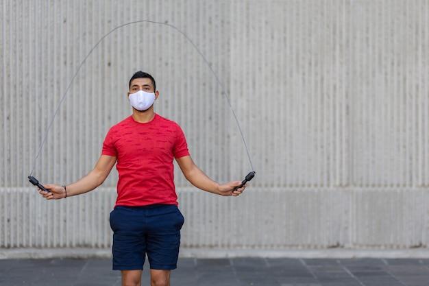 フェイスマスクを身に着けている屋外縄跳びメキシコ人男性