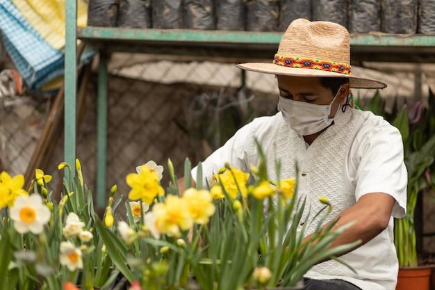 Мексиканский мужчина, работающий в детской в маске для лица, новый нормальный