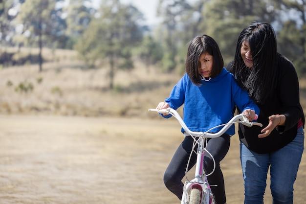 멕시코 엄마와 딸 자전거
