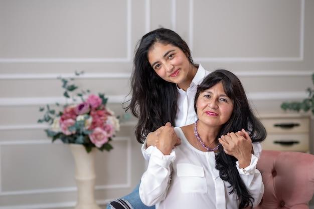 Мексиканские мать и дочь обнимаются в день матери