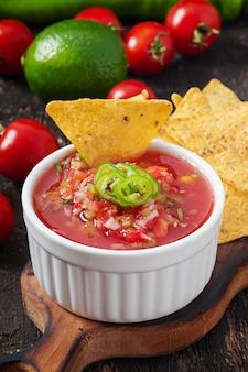 メキシコのナチョスチップとサルサのボウルのディップ