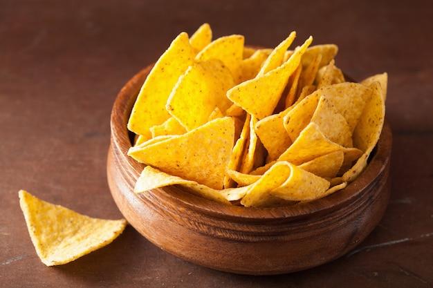 Мексиканские начо чипсы на коричневом фоне