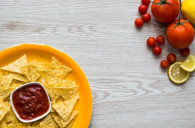 Мексиканские чипсы начос на деревянном фоне