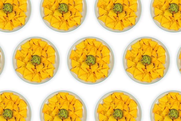 멕시코 나초 칩을 타올카에 붓고 과카몰리 중앙에 위에서 보기