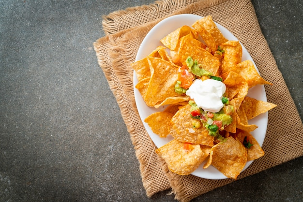 Мексиканские чипсы из тортильи начос с халапеньо, гуакамоле, томатной сальсой и дипом