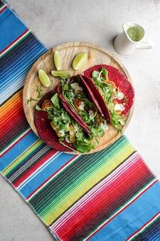 Мексиканская национальная еда - лепешка из пшеничной свеклы тако с веганскими шариками из нута и овощами