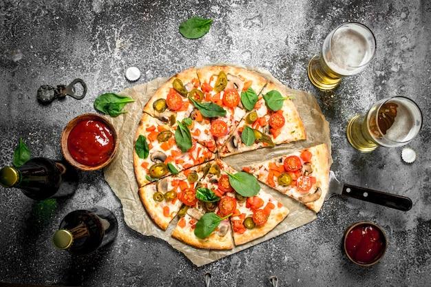 시원한 맥주와 함께 멕시코 피자.