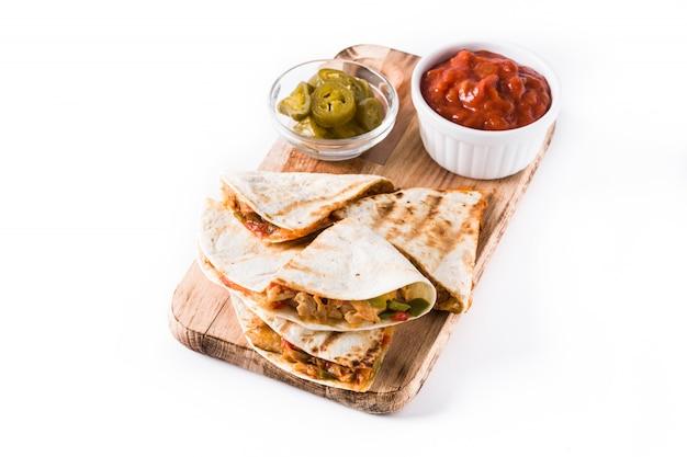 チキン、チーズ、ピーマン、分離されたメキシコのケサディーヤ