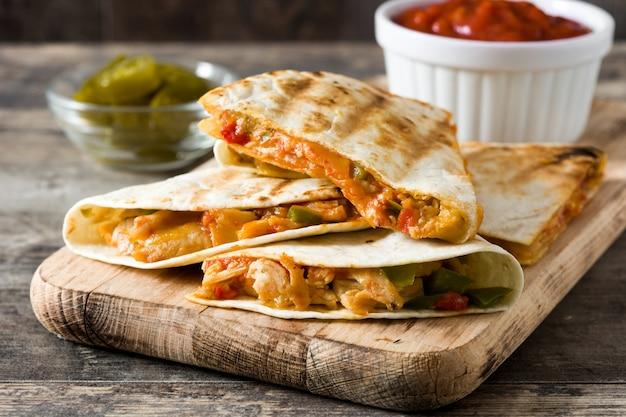 チキン、チーズ、ピーマンとメキシコのケサディーヤ