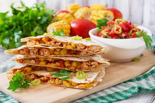 メキシコのケサディージャラップ、チキン、コーン、ピーマン、サルサ