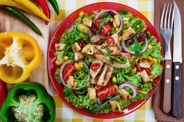 접시에 멕시코 매운 치킨 샐러드입니다. 엄선된 야채와 함께 구운 닭고기.